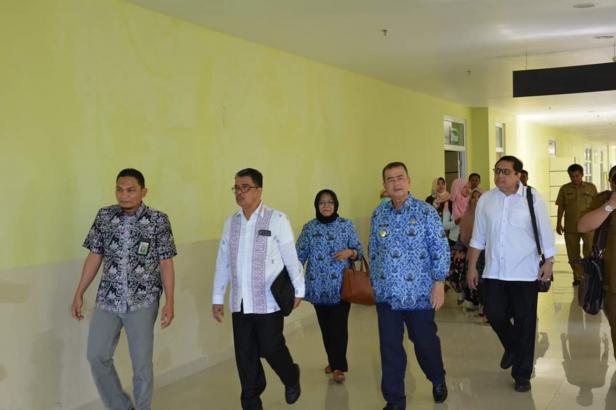Wagub Sumbar Nasrul Abit didampingi Rektor Unand Prof. Yuliandri meninjau RS Unand, Selasa, 17 Maret 2020.