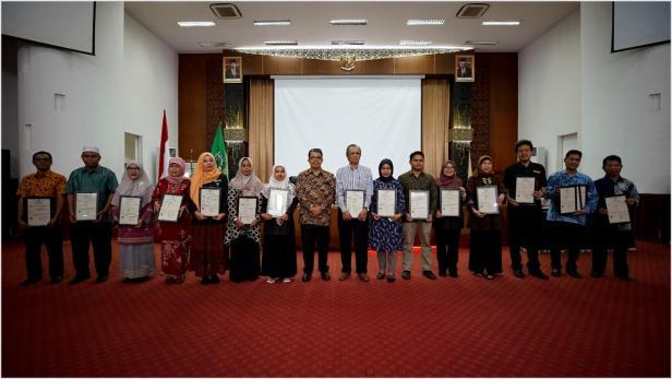Rektor Unand Yuliandri (batik tengah) bersama penerima penghargaan LPPM Unand 2019