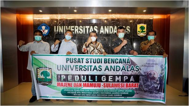 Rektor Unand Prof. Yuliandri saat melepas Tim Studi ke Sulbar
