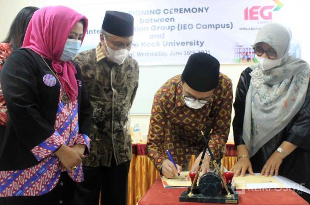 Dewan Penasehat IEG Campus, Veroliyondo Jamal menandatangani kerjasama dengan Universitas Fort de Kock Bukittinggi, Rabu (16/06/2021)