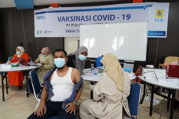 General Manager PLN Unit Induk Wilayah (UIW) Sumbar Toni Wahyu Wibowo beserta jajaran Manajemen PLN UIW Sumbar dan Manajemen PLN Unit Pelaksana Pelayanan Pelanggan (UP3) Padang  baru saja menjalani vaksinasi COVID-19 tahap II pada Kamis (08/04) di PLN Udiklat Padang.