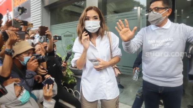 Artis Gisella Anastasia usai menjalani pemeriksaan terkait kasus video asusila mirip dirinya di Polda Metro Jaya, Jakarta Selatan, Selasa (17/11).