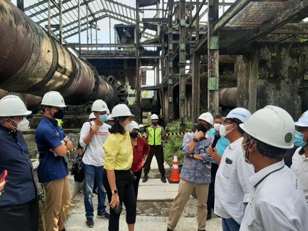 Rombongan Project Management Office (PMO) saat mengujungi Pabrik Indarung I PT Semen Padang yang merupakan pabrik pertyama di Indonesia dan Asia Tenggara yang berdiri sejak 1910.
