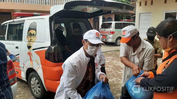 Ustaz Irsyad dan PKS Limapuluh Kota Serahkan Bantuan Sembako untuk Warga Terdampak Banjir di Manggilang