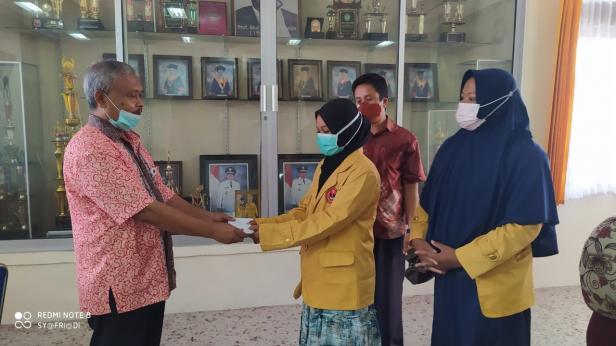 Rektor UMMY Solok, Prof. Syahro Ali Akbar menyerahkan bantuan PKM terhadap perwakilan kelompok mahasiswa