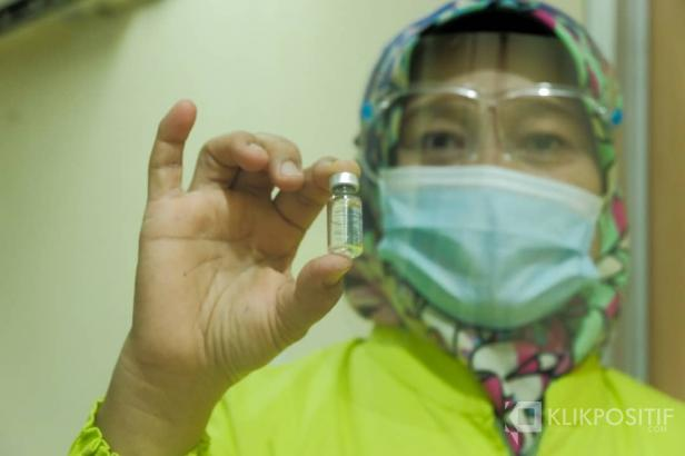 Seorang tenaga kesehatan menunjukkan vaksin Sinovac