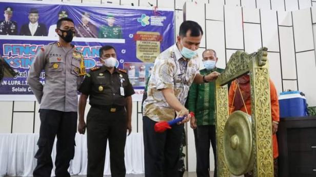 Pj. Sekdakab Solsel Doni Rahmat Samulo memukul Gong Menandai Pencanangan Vaksin Covid-19 di Daerah itu