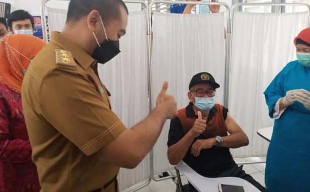 Wagub Sumbar Audy saat meninjau vaksinasi lansia beberapa waktu lalu