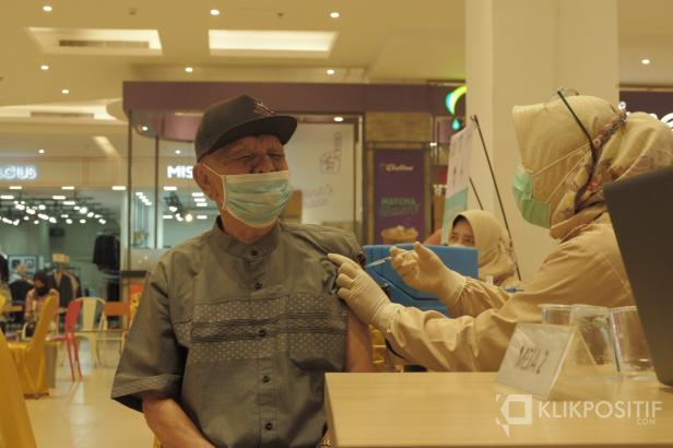 Seorang Lansia melakukan vaksinasi di Trans Mart Padang yang dilakukan Oleh Dinas Perdagangan Kota Padang.