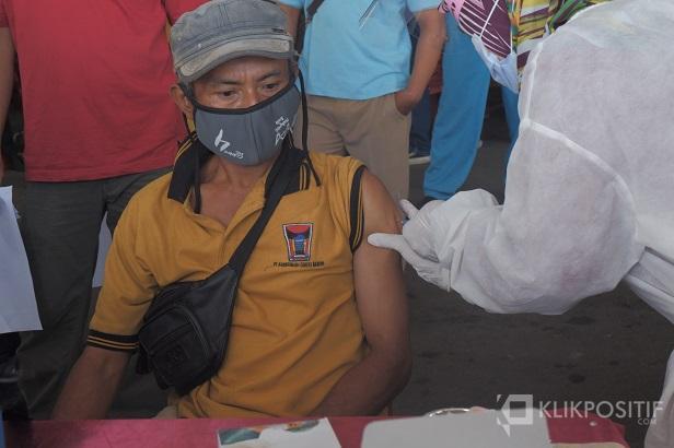 Seorang petugas kebersihan Pasar Raya Padang melakukan vaksinasi pada Kamis 4 Maret 2021