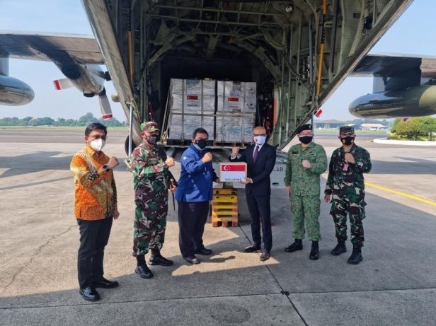 Bantuan ventilator dan oksigen dari Singapura tiba di Indonesia, Jumat (09/07/2021).