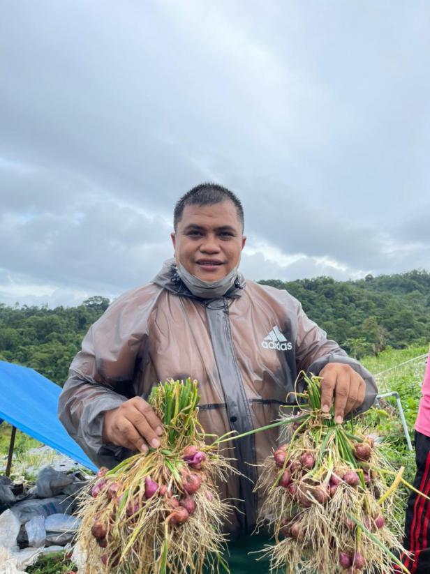 Verry Mulyadi memperlihatkan bawang merah yang sudah di panen di ladangnya di kawasan Padayo