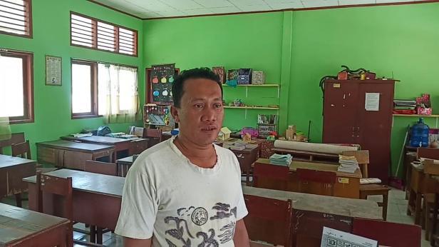 Penjaga SDN 14 Pauh Padang Samryadi
