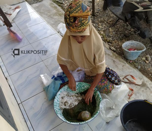 Alismar saat menjajakan Onde-onde di Kawasan Dadok Tunggul Hitam, Kota Padang