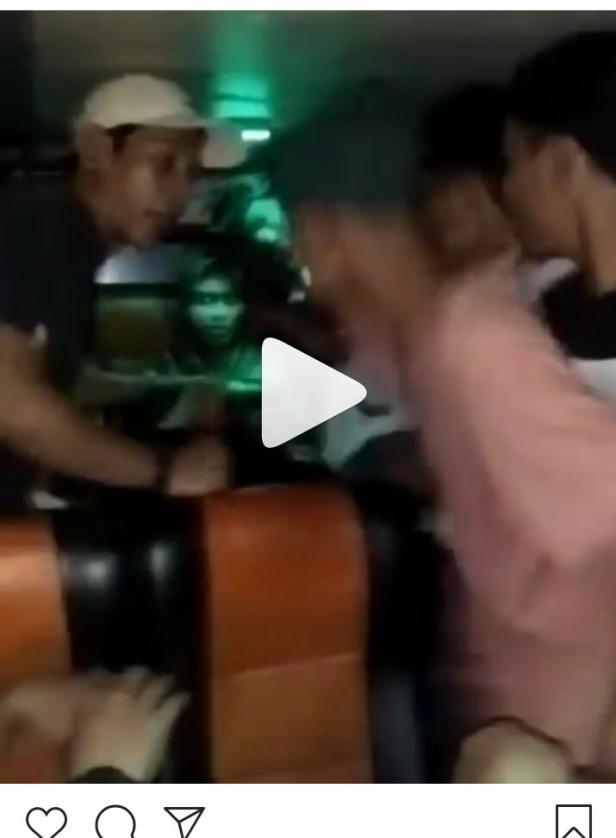 scransot video dugaan pengoroyokan di dalam bus jalan Pessel-Padang