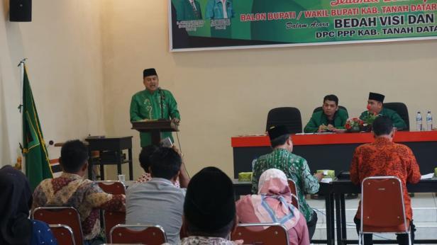 Wahyu IP menyampaikan visi misi dihadapan panelis dan pengurus Partai PPP Tanah Datar