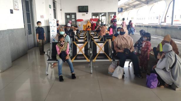 Masyarakat yang hendak berlibur dengan kereta api untuk menikmati libur selama Nataru