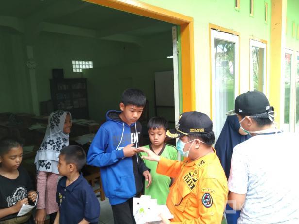 Wakil Bupati Lima Puluh Kota, Ferizal Ridwan saat membagikan masker kepada anak panti asuhan di Kecamatan Situjuah Limo Nagari.