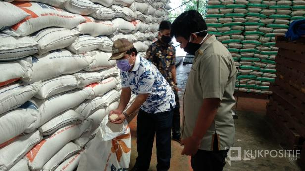 Wabup Lima Puluh Kota, Ferizal Ridwan memantau stok beras di Bulog Tanjung Pati, Rabu (22/4).