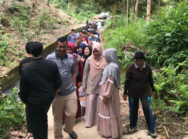 Wabup Pessel, Rusma Yul Anwar dan rombongan saat mengunjungi objek wisata jembatan pelangi di Nagari Salido Sari Bulan, Kecamatan IV Jurai.
