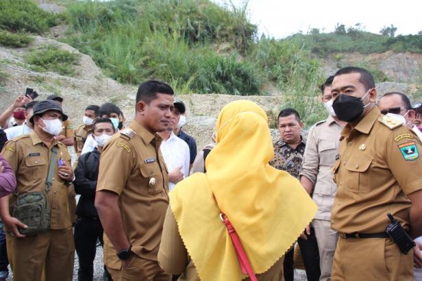 Wakil Bupati Solok, Jon Pandu bersama Wagub Sumbar meninjau lokasi longsor di Air Dingin Solok