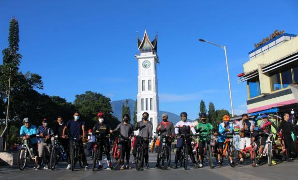 Wagub Sumbar Audy Joinaldy saat bersepeda di Jam Gadang Bukittinggi