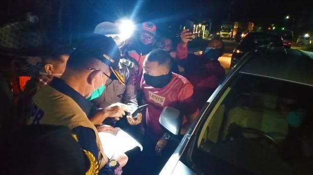 Wagub Sumbar Nasrul Abit saat mencegat kendaraan yang ingin masuk Sumbar