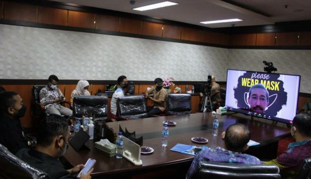 zoom meeting dengan Wali Nagari se-Sumatera Barat dalam rangka kebijakan PPKM mikro darurat untuk penanganan Covid-19 tingkat Nagari/Desi dan kelurahan, di Ruang Rapat Kantor Bupati Sijunjung, Kamis (22/7/2021)