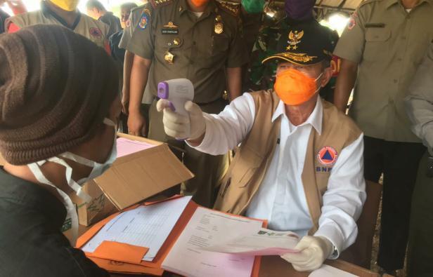 Wagub Sumbar Nasrul Abit mencek suhu tubuh orang masuk ke Sumbar di perbatasan