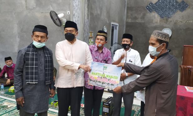 Wagub Sumbar menyerahkan bantuan Rp20 juta untuk Masjid Taqwa Alghassan Nagari Gasan Gadang Kecamatan Batang Gasan, Rabu (5/5/2021).