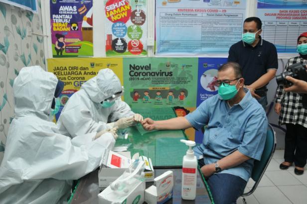 Wagub Sumbar Nasrul Abit saat menjalani rapit test di Dinas Kesehatan Sumbar, Minggu, 31 Mei 2020