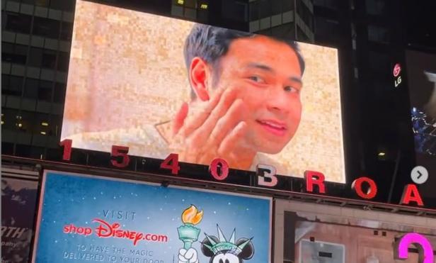 Wajahnya dan Gigi Muncul di Billboard Times Square New York