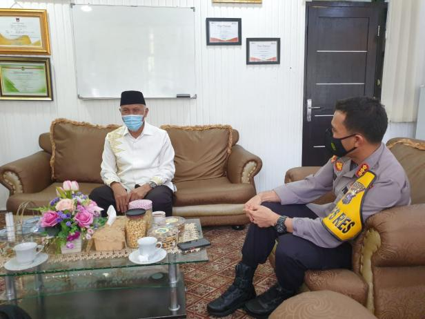 Walikota Padang Mahyeldi Saat Berkunjung di Ruangan Kapolresta Padang Kombes Pol Imran Amir