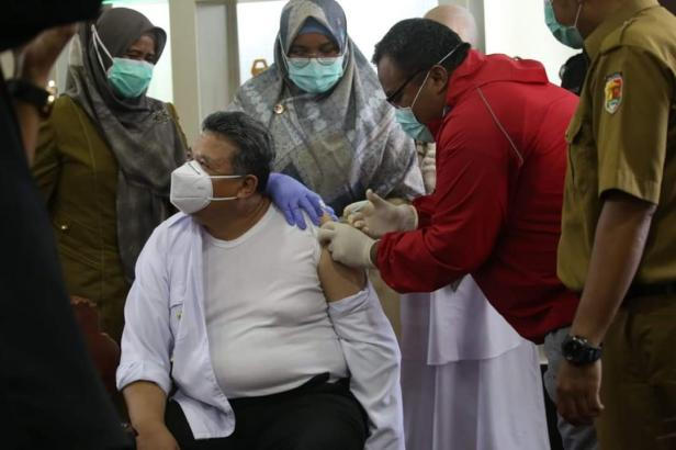 Wako Solok, H. Zul Elfian Menerima dosis kedua vaksin Covid-19