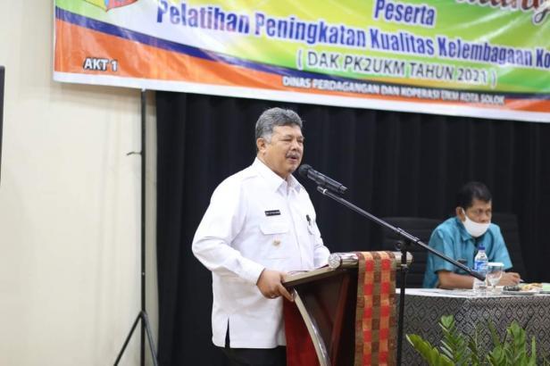 Wako Solok, H. Zul Elfian membuka pelatihan peningkatan kualitas kelembagaan koperasi