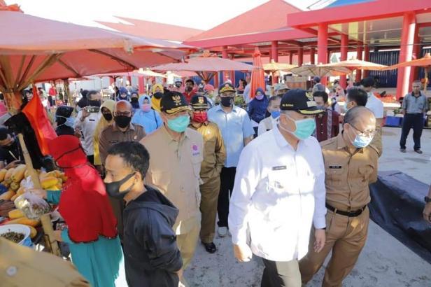 Wali Kota Solok, Zul Elfian saat berkunjung ke pasar syariah Abdurrahman Bin Auf bersama Wagub Sumbar.