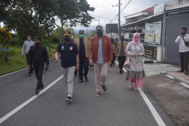 Walikota dan wakil walikota menggunakan hak suaranya pada pemilu serentak dalam rangka pemilihan Gubernur Sumatera Barat periode 2021-2024, Rabu (9/12).