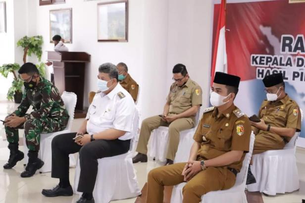 Wako dan Wawako Solok bersama Forkompinda mendengarkan arahan presiden Jokowi