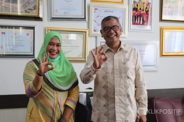 Wali Kota Payakumbuh Riza Falepi (kanan) bersama Kepala BKKBN Provinsi Sumbar Fatmawati (kiri)