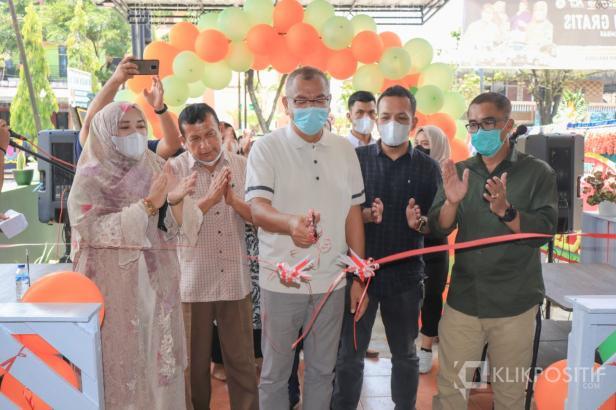 Wali Kota Riza Falepi di dampingi Sekda Rida Ananda saat meresmikan usaha kafe dan butik milik Wakil Ketua DPRD Payakumbuh Wulan Denura