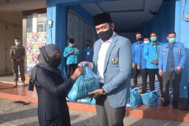 Walikota Padang Panjang H. Fadly Amran,BBA Datuak Paduko Malano, menyalurkan  200 paket sembako dari Dewan Pengurus Pusat  KNPI, yang diserahkan kepada 200 KK masyarakat terdampak Covid- 19 di 16 Kelurahan di Kota Padang Panjang