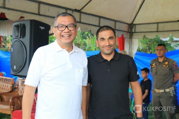 Walikota Payakumbuh Riza Falepi dan Pelatih Kepala Semen Padang FC Eduardo Almeida saat bertemu di Payakumbuh