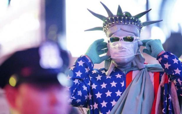 Warga di AS mengenakan masker