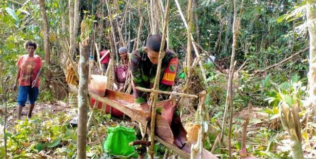 Warga Kampung Dorba Bermain di Rumah Luas