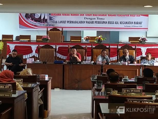 Ketua DPRD Limapuluh Kota, Deni Asra saat menemui warga Ulu Aia yang menggelar aksi di kantor DPRD, Senin (10/2).