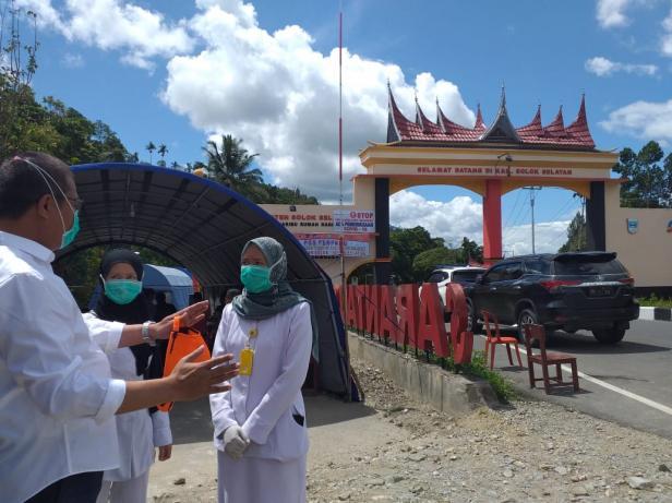 Posko pemeriksaan kesehatan dibatas kabupaten Solok Selatan dengan Kabupaten Solok
