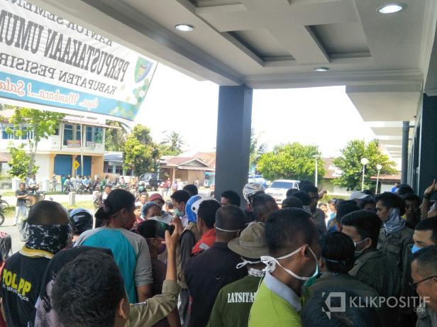 Suasana aksi penolakan warga terhadap inisiatif Pemkab jadikan Rusunawa jadi tempat isolasi