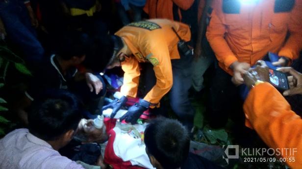 Pertolongan pertama dilakukan Tim SAR 50 Kota saat menemukan Amir dalam kondisi lemas.