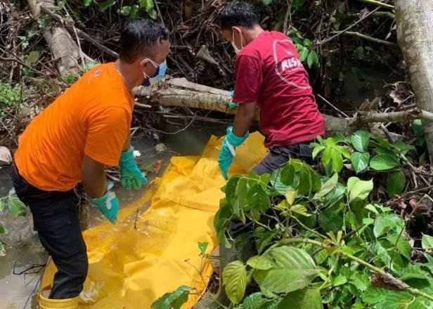 Evakuasi sesosok jasad dalam sungai