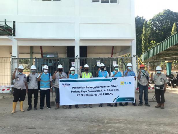 PLN Unit Pelaksana Pelayanan Pelanggan (UP3) Padang menyambung listrik pelanggan premium daya 8,6 Juta VA untuk PT Padang Raya Cakrawala, Rabu (11/6).
